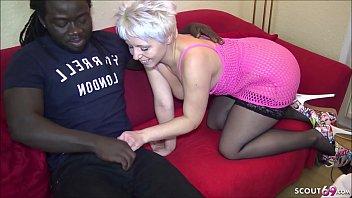 Темноволосая массажистка с лёгкостью совращает чудесную клиентку