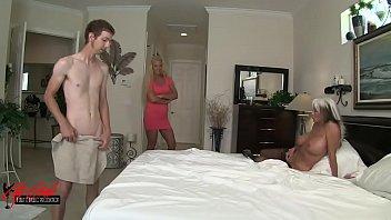 Молодая развратница жахает саму себя секс игрушкой на кровати