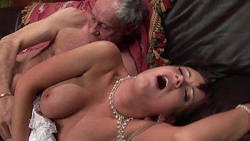 Брюнеточка с крупными сисяндрами занимается порно с молодым приятелем