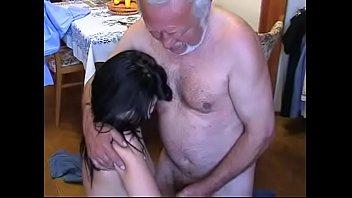 Худая падчерица взяла за щеку у отчима и приняла его кривой хер в анал