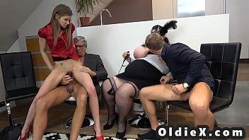 Малышка в нейлоне на дивана испытывает сквирт оргазм