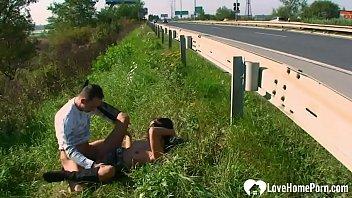 Молодчик в костюме зайца трахает свою девчоночку и её 30летнюю соседку