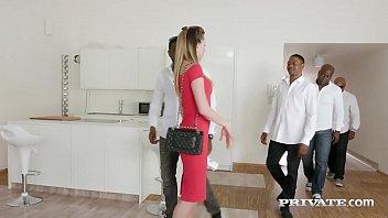 Секретарша с большими дойками отрабатывает премию своей пиздой