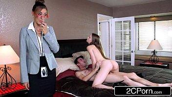 Партнер ловит оргазм от глубокого отсоса члена в исполнении шлюхи брюнетки и пердолит в анальное отверстие её телку