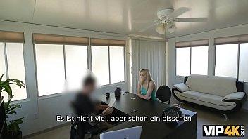 Длинноволосая блондинка в белых нейлоновых чулках занялась порно на работе