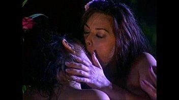 Две раскрепощенные брюнетки лесбияночки приласкали мокрощелки друг друзья