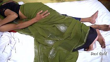 Молодая брюнетка на фотосессии дрючит членозаменитель в упругую задницу