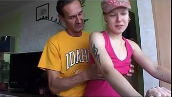 Мамаша с дочкой ебутся с половыми партнерами