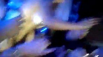 Факер с чулком на голове облизывает голые ступни подруги