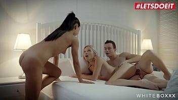 Утренний секс в постели с резвой толстушкой в очках с гладкой киской