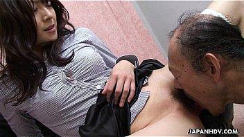 Похотливая девушка в полосатых трусиках дрочит член ухажера