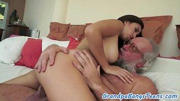 Анальный секс с пышногрудой брюнеткой во дворе
