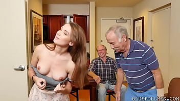 Упитанная блондинка разговаривает по телефону и онанирует вагину