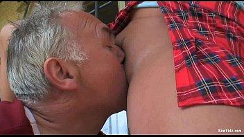 Красивая брюнеточка впитывает в себя крупный хуй молодого человека под корень